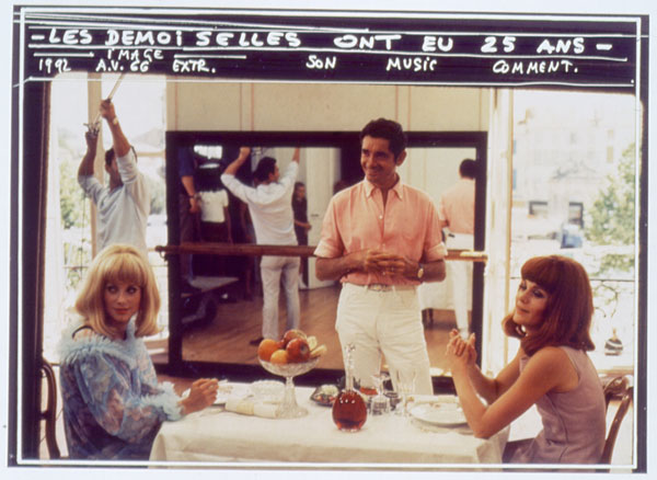 Jacques Demy op de set van Les demoiselles de Rochefort met Catherine Deneuve (links)